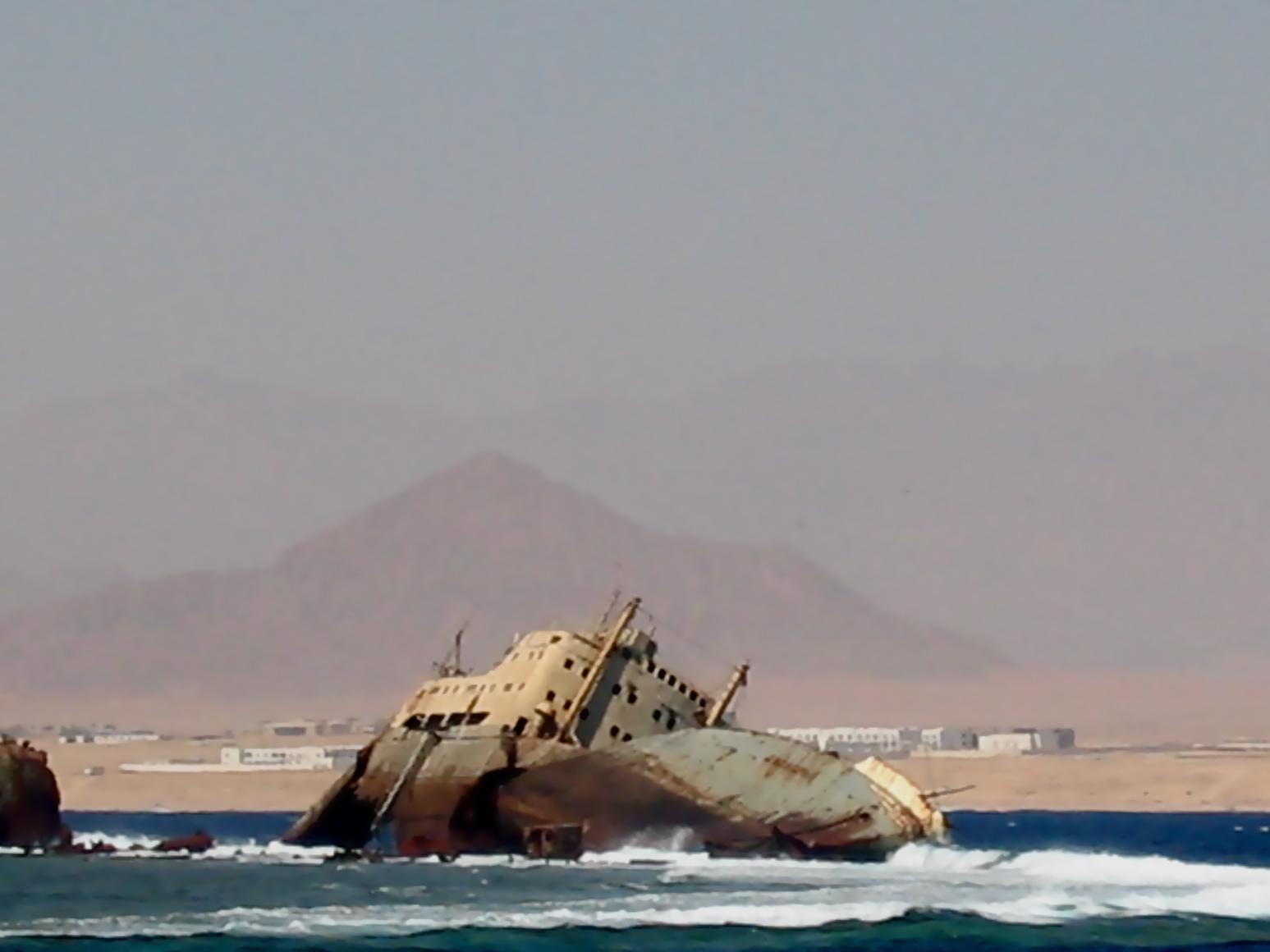 Egitto, i relitti dei migranti e quelli per turisti