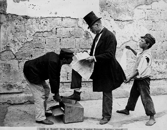 Napoli_Vita-della-strada_Lustra-scarpe-Pulizza-Stivali_Archivio-Alinari-dominio-pubblico
