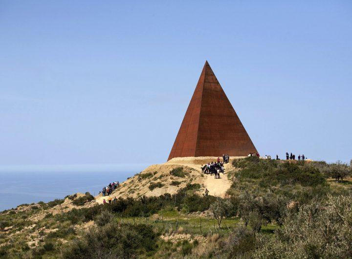 02h -La piramide 38mo parallelo - Mauro Staccioli